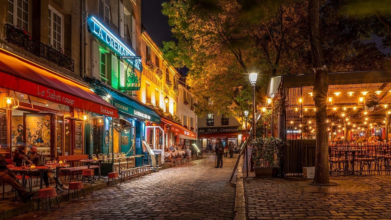Europe closes bars and restaurants, a prelude to the lockdown. Curfew in France from 9 pm to 6 am